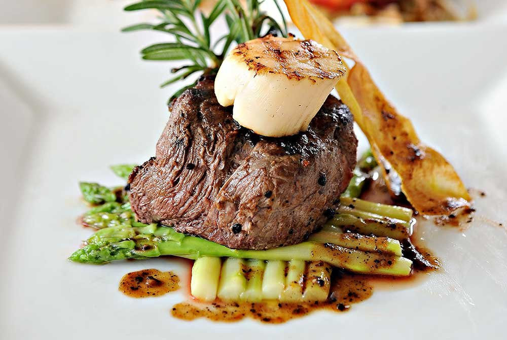 filet minon with asparagus