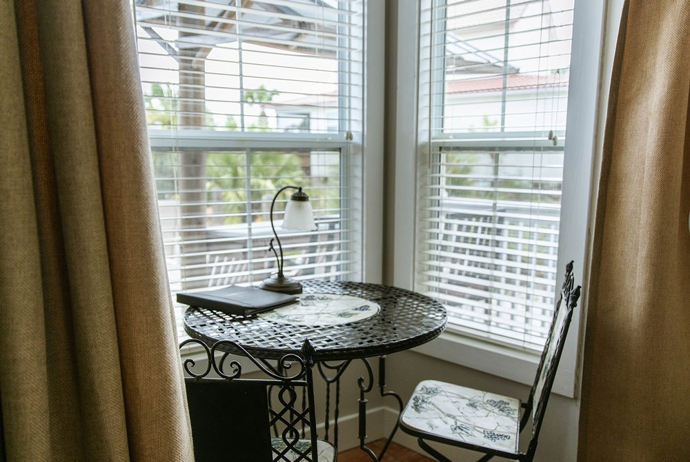 Breakfast nook with bay window