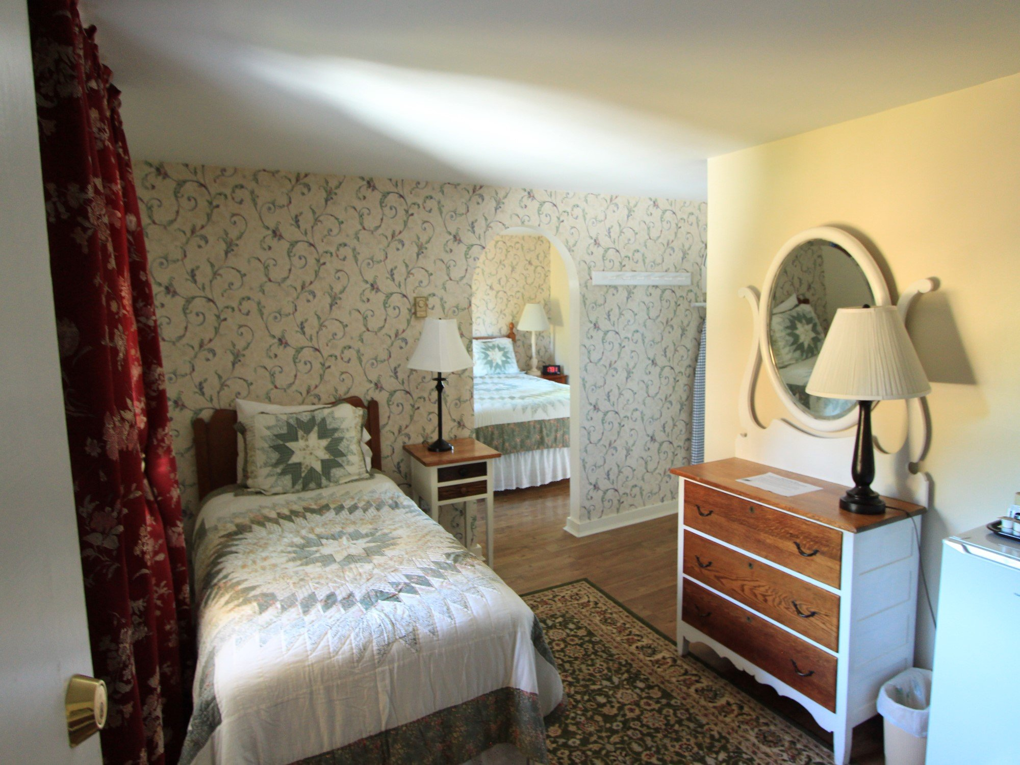 Room 9 Queen bed with Single Bed in Alcove