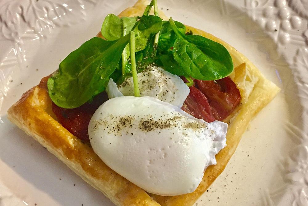 toast with eggs, bacon, and spinnach