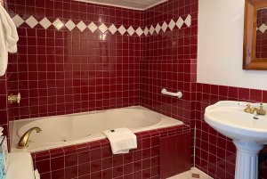 room 6b tub and vanity