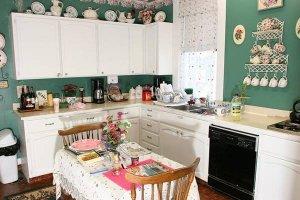 a kitchen decorated with various china plates