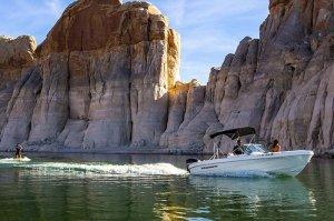 Wasserskiboot mit offenem Bug