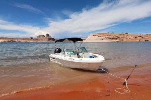 19' Open-bow Ski Boat Rental anchored on shore of Lake Powell