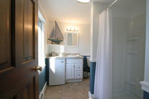Old Saco Inn Blue Room bathroom