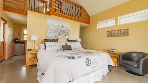 Roya Vineyard and Cottages Pinot Noir Cottage bed