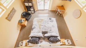 Roya Vineyard and Cottages Pinot Noir Cottage queen bed view from above