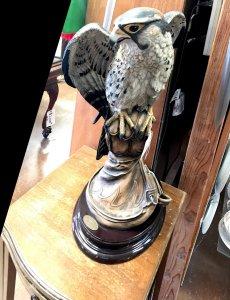 statue of falcon