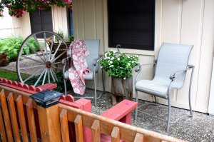 patio with wagon wheel decor and chairs