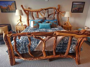 King-sized bed with bedside tables and lamps on either side