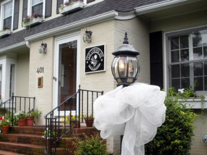 Bridal bow tied around lamppost outside of Clay Corner Inn