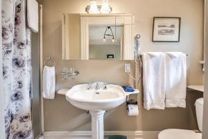 Sink, mirror, and towel racks in bathroom