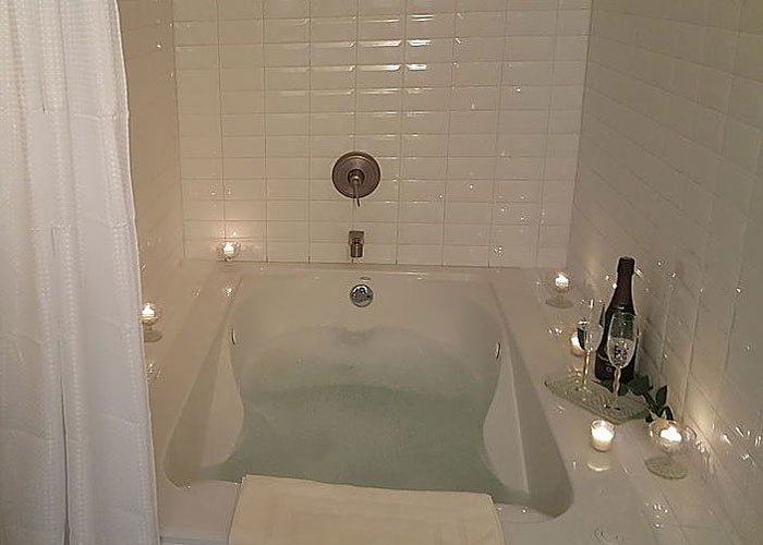 Bathtub with champaigne and candles