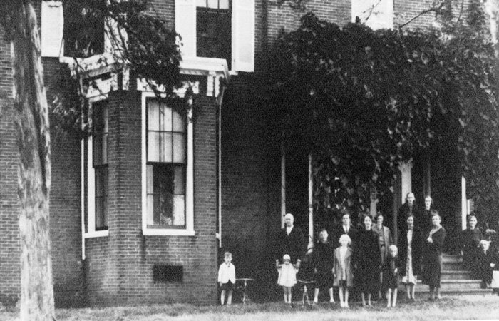 Old historical photo of plantation exterior