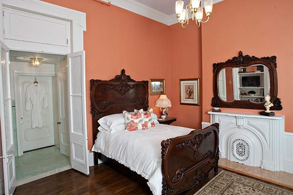 Tulip Poplar Suite at Blythewood Inn B&B in Columbia, TN
