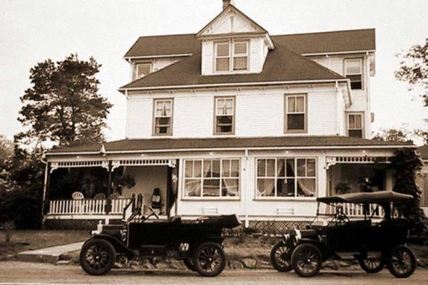 historic photo of Harbourview Inn with motorcars