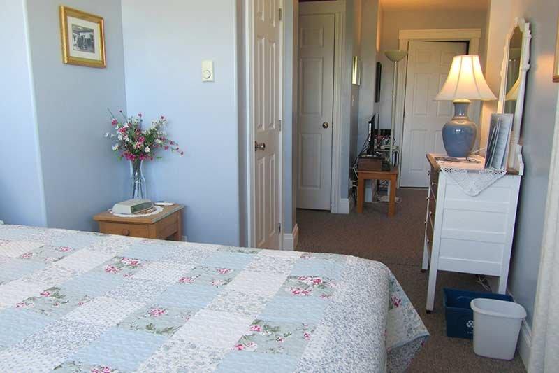 Harbourview Inn queen room 10