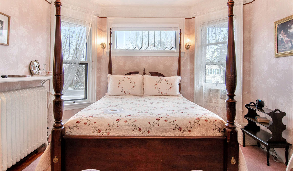 Four post queen bed in the Rose Room