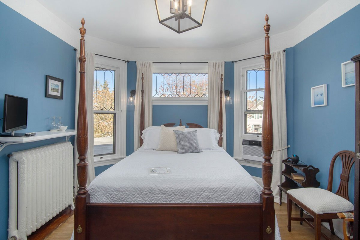 four poster bed in a guest room