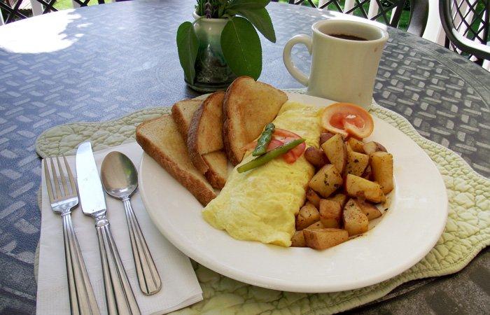Ipswich Inn Breakfast omlette toast potatoes coffee