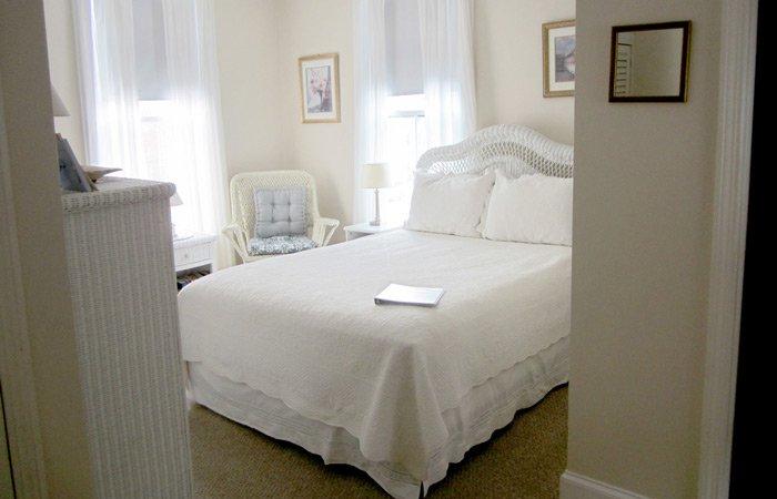 Ipswich Inn Wicker Room bed