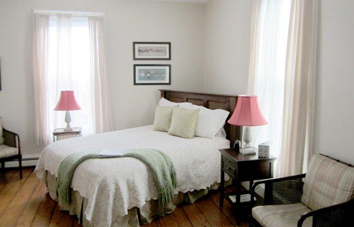 Ipswich Inn East Room bed