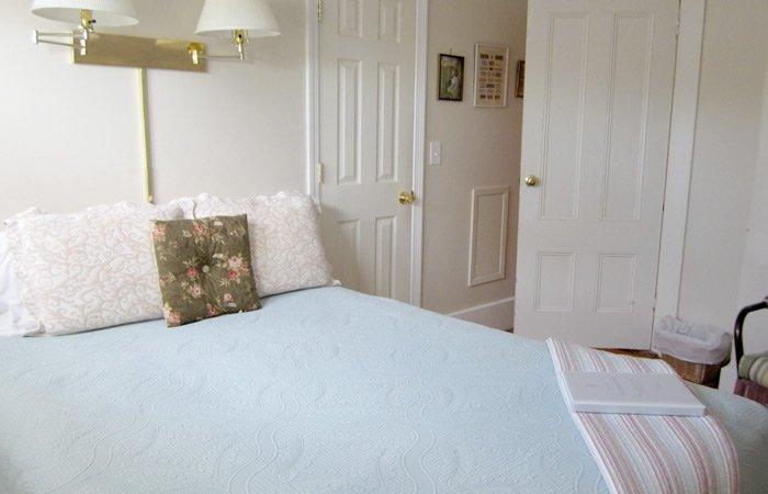 Ipswich Inn Martha's Room bed