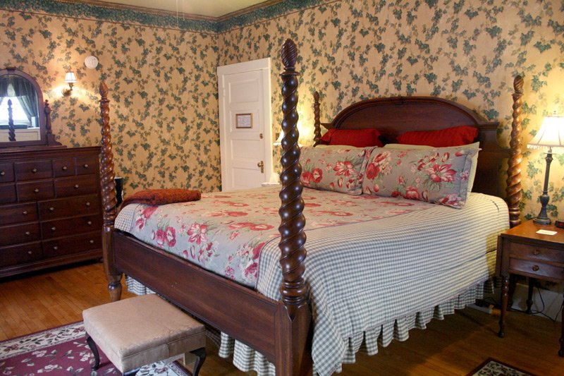 The Great Tree Inn Bed and Breakfast English Ivy bed