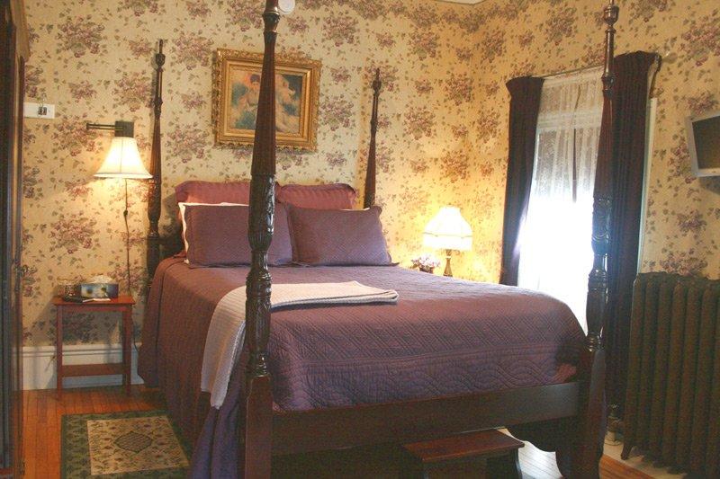 Great Tree Inn Victorian Violet Room