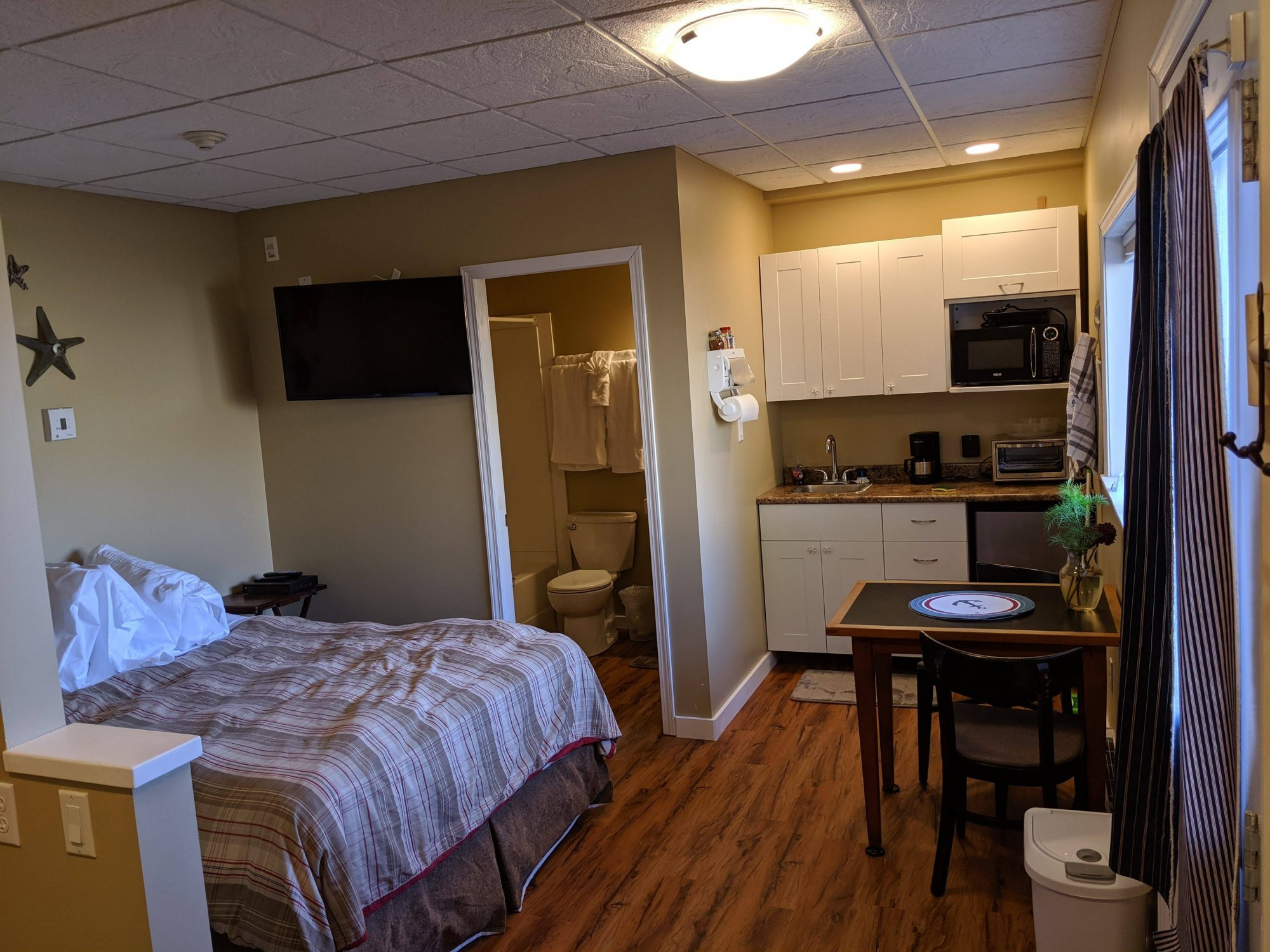 Room 8, pet friendly, kitchenette, queen bed.