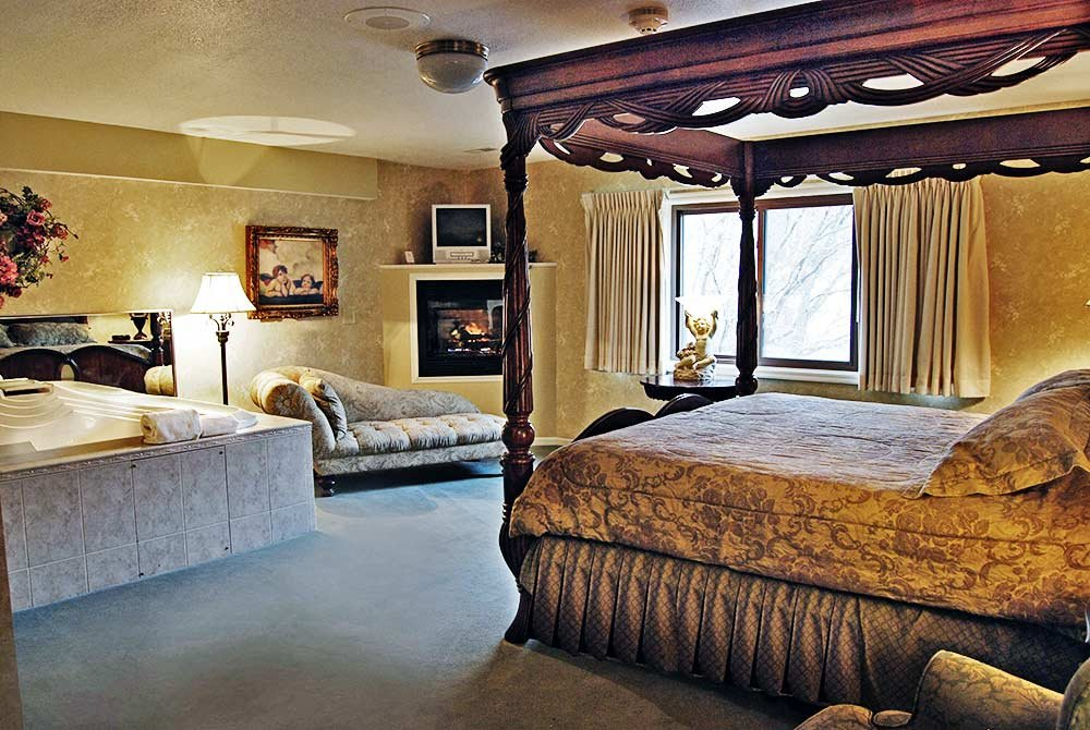 Decorative Four Poster Bed Near Ensuite Jacuzzi Tub